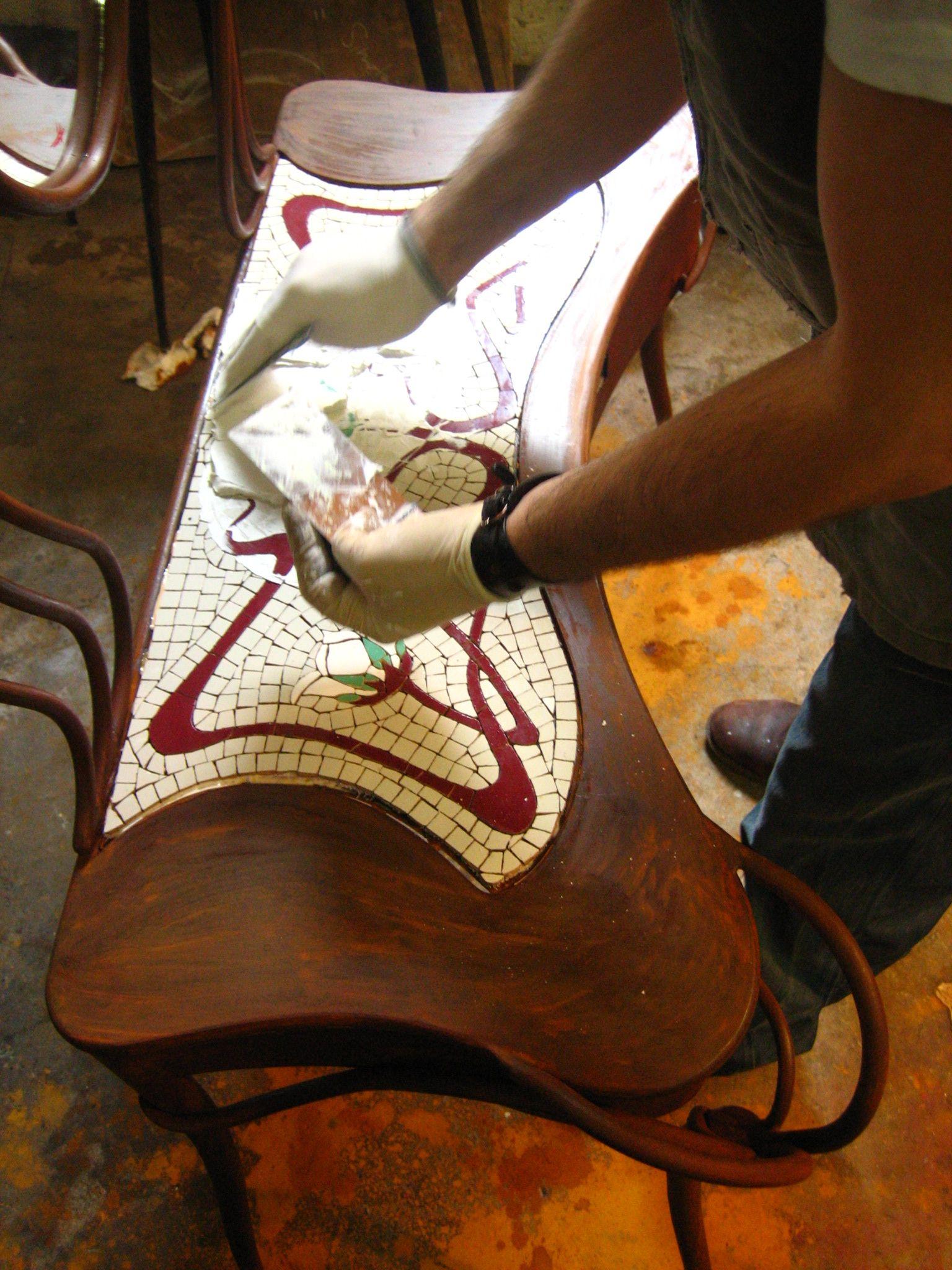Tocador, colocación de mosaico. Creado por Josep Zorrilla (http://www.jzmosaics.com/) y Diego Polognioli, 2004