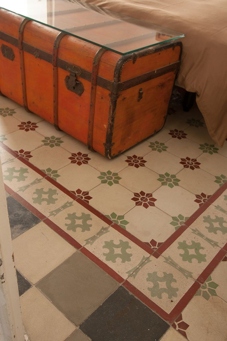 Dormitorio de invitados. Primera planta. Detalle del suelo hidráulico, original y en perfecto estado de conservación.