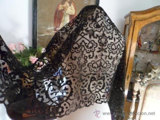Mantilla de tres picos (102 x 102 x 180 cm), encaje antiga de seda lasa, 45 € + 5 €