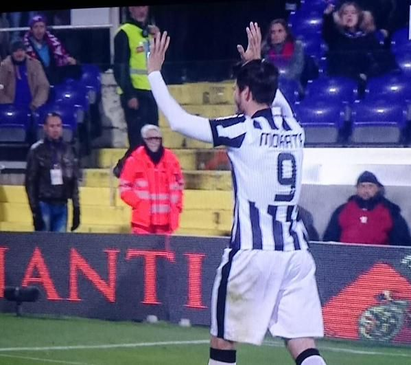 Fiorentina-Juventus 0-3 VIDEO - FOTO Morata che saluta i tifosi viola uscendo dal campo dopo l'espulsione