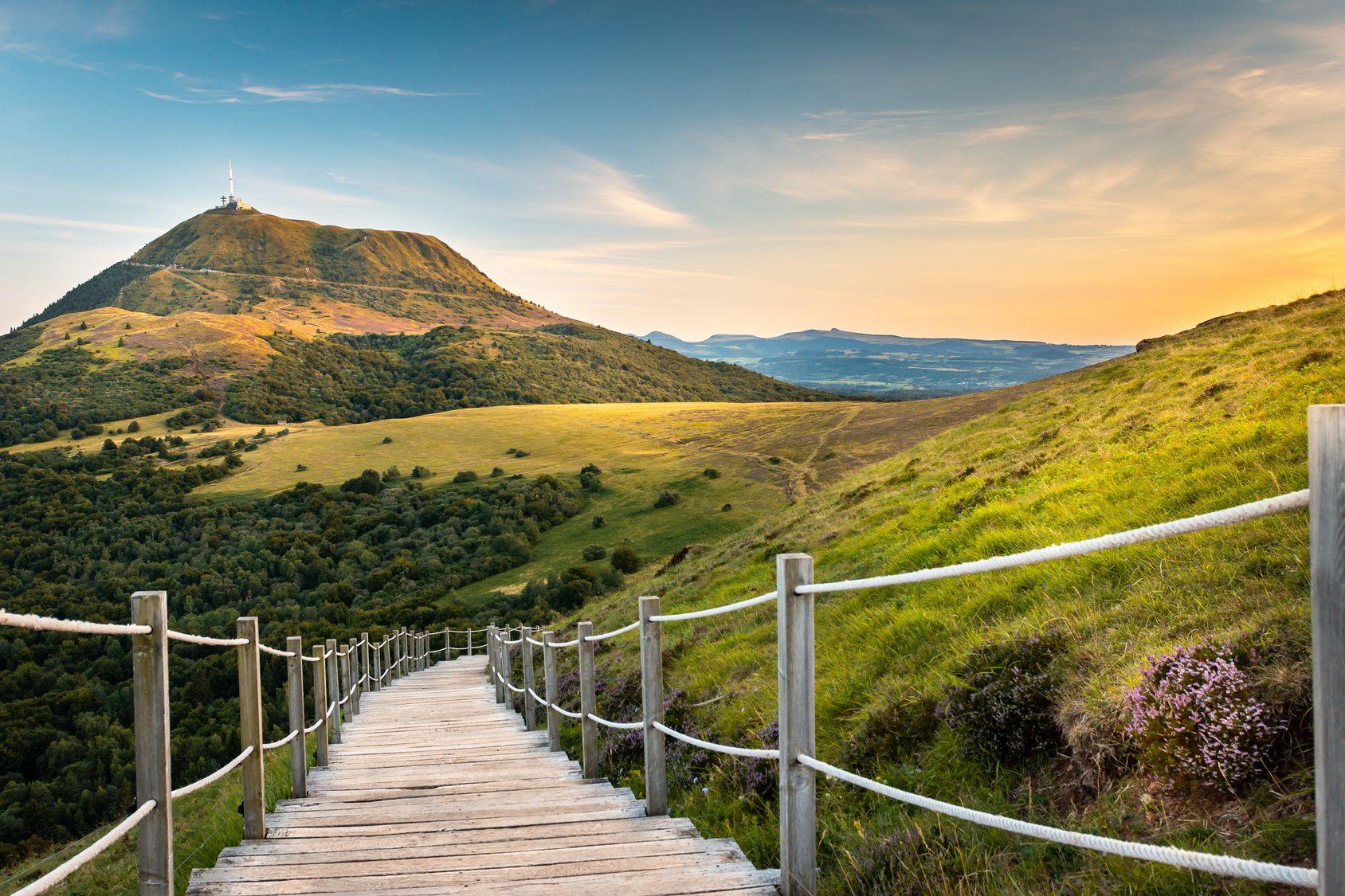 Tourisme en Auvergne : cap sur les 80 volcans de la chaîne ...