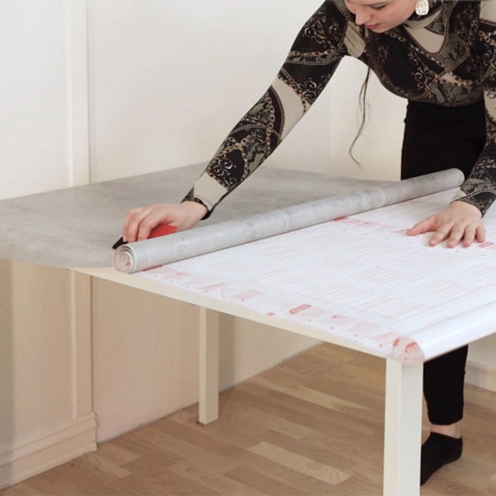 Vil du fornye et gammelt bord? Selvklebende folie er en rask