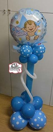 Colonna di palloncini per accompagnare il tavolo delle bomboniere per il battesimo realizzata da - Composizione palloncini da tavolo ...