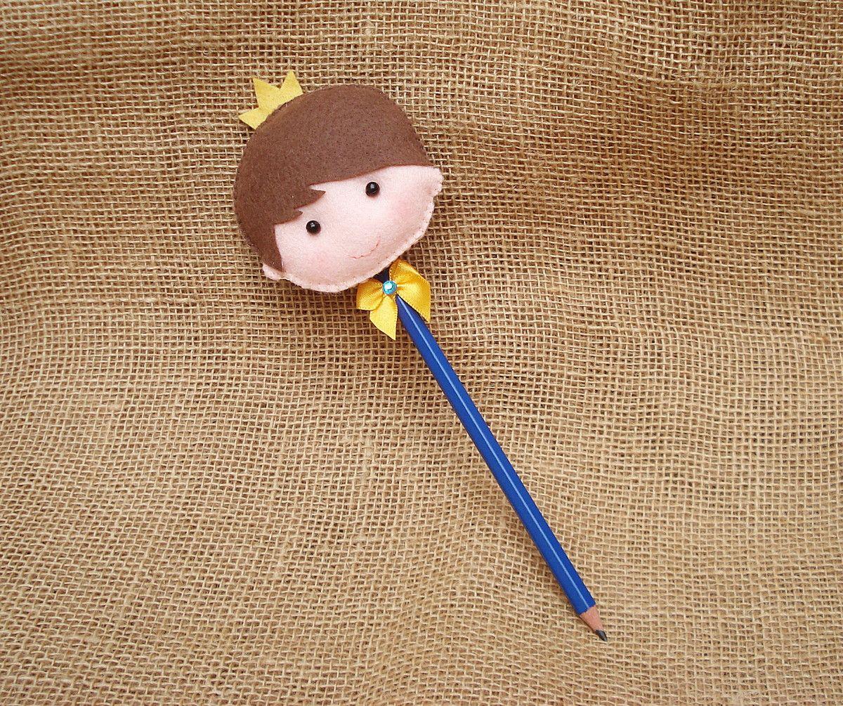 Lápis com ponteira Príncipe perfeito como lembrancinhas Confeccionado em  feltro e o lápis encapado com papel