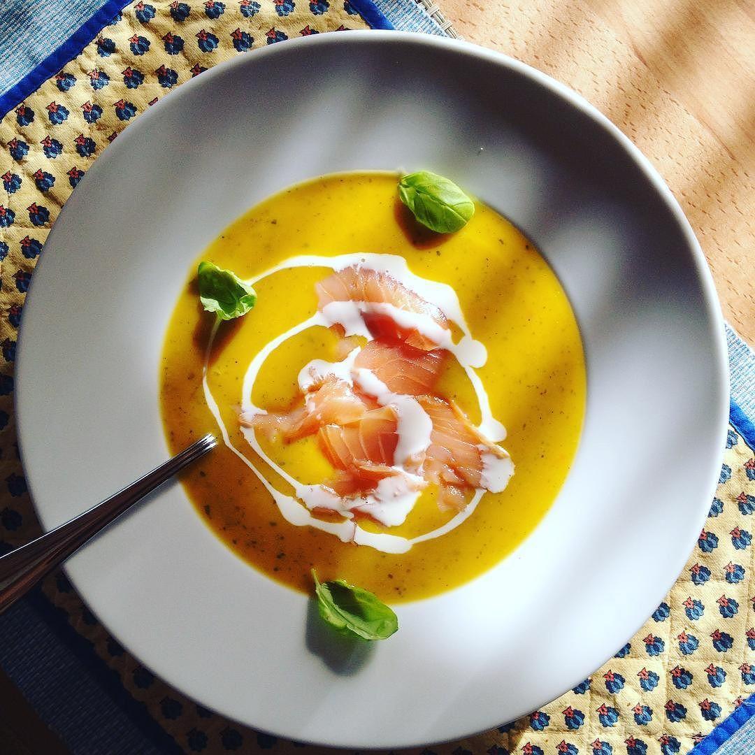 Hallo Winterzeit! Passend dazu gibts heute Abend eine leckere Kürbissuppe mit Lachs & Basilikum  #food #comfortfood #healthy