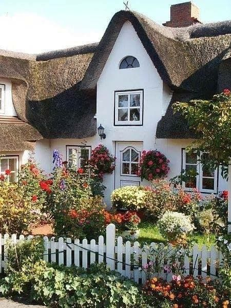 Landhaus garten garten landhaus landhausstil vorgarten for Gartengestaltung landhaus