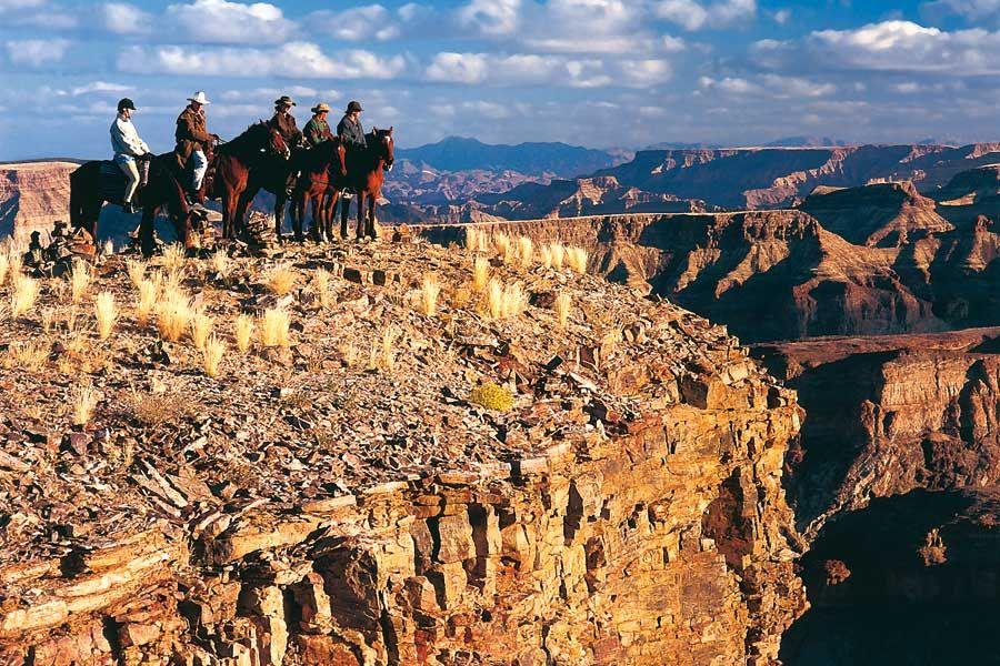 Une randonnée à cheval au Sud de la Namibie. Des grands espaces enivrants où vos chevaux galopent sans limite, un canyon, et au fond, le tumultueux fleuve Orange.
