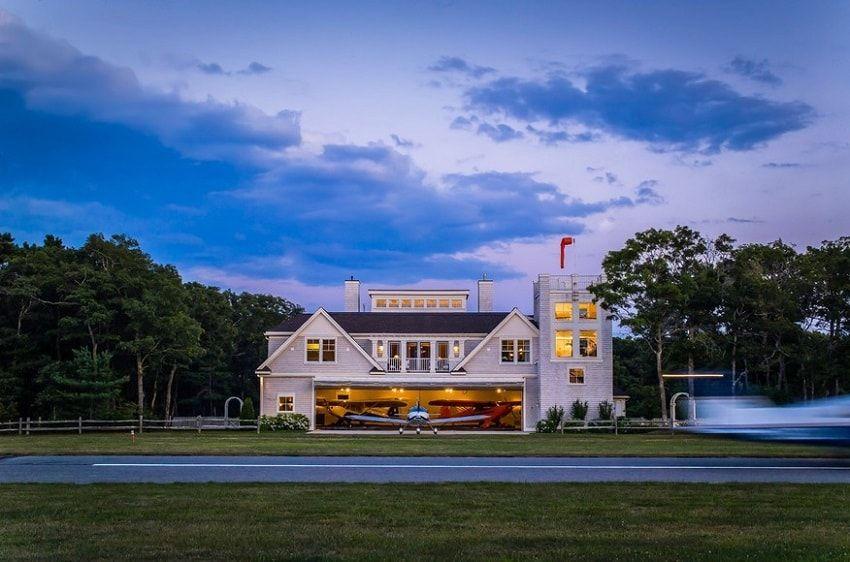 7 Hangar Homes That Will Make You Dream Away Modern Architecture Building Hangar Metal Building Homes