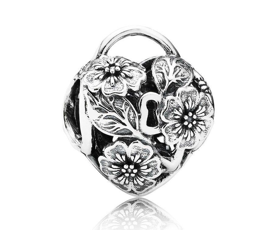 Pandora zilveren Geheime Bloemen hartbedel 791397, vind door de bloemen de weg naar mijn hart. Deze complexe opengewerkte bedel met bloemen vertegenwoordigt de hangsloten die worden gebruikt door geliefden als symbool van hun eeuwige liefde. Hang deze bedel aan je armband als sentimenteel aandenken.