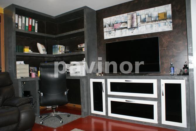 Mueble en revestil aluminio y paredes de microcemento acabado cobre