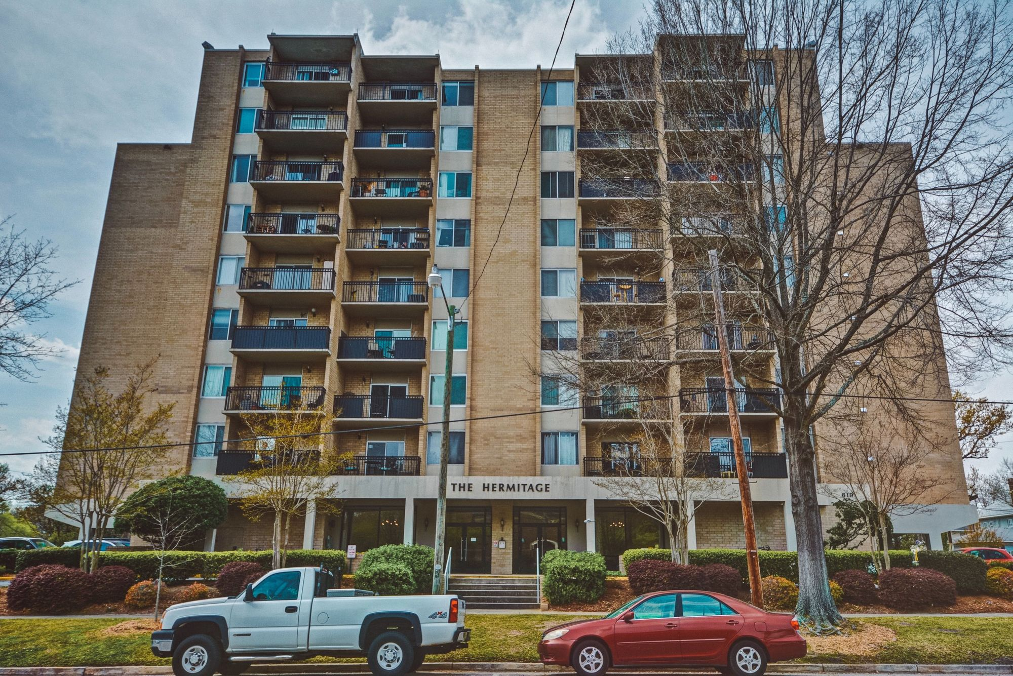 New Listing This 2 bedroom, 1.5 bathroom apartment located
