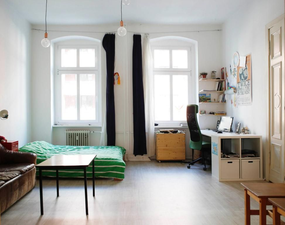 sch nes altbau wg zimmer mit wei en w nden hohen decken und gro en fenstern altbau wgzimmer. Black Bedroom Furniture Sets. Home Design Ideas
