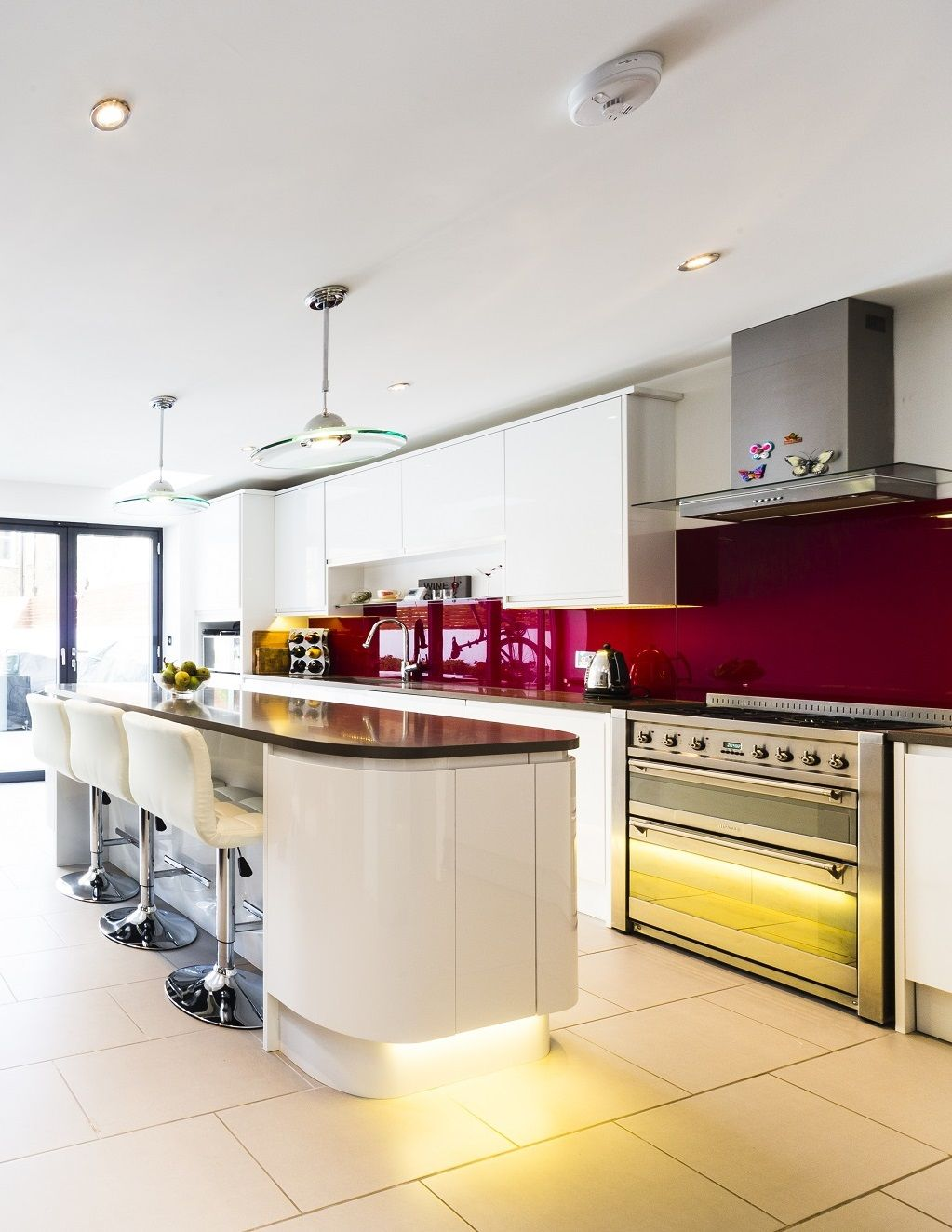 White and red kitchen in #London. Red splashback, white handleless ...