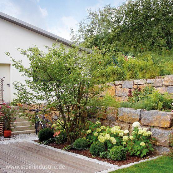 Natürlich schön. Der Einsatz verschiedener Steinmaterialien gibt dem Garten Struktur und lässt der Pflanzenwelt trotzdem genug Raum zur freien Entfaltung.