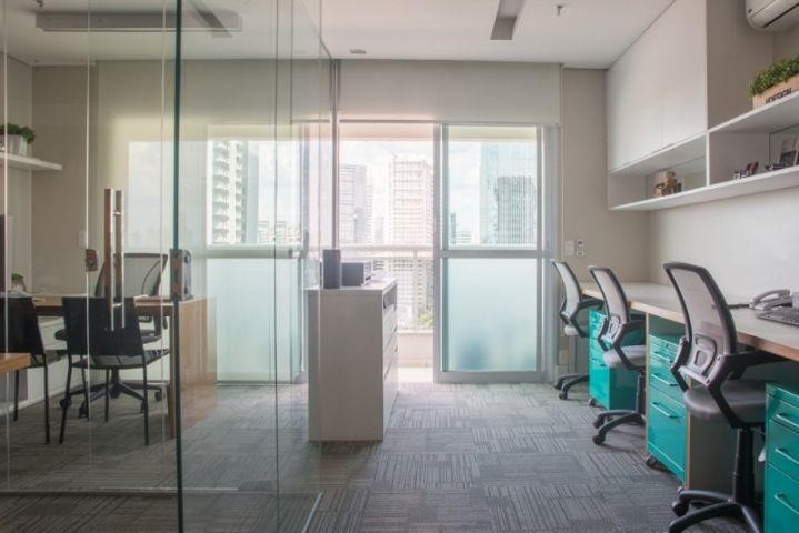 Aparador Relva Electrico ~ Escritório de arquitetura com bancada de trabalho em mdf branco, armário suspenso com nicho e