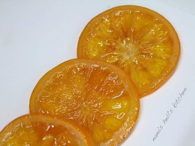 Lavamos muy bien las naranjas (con un cepillito) para eliminar las impurezas y la cera que le aplican. Las cortamos en rodajas finas o gajos, dependiendo de la preparación en la que las vayamos a usar. - Receta Postre : Naranjas confitadas por Nana's...