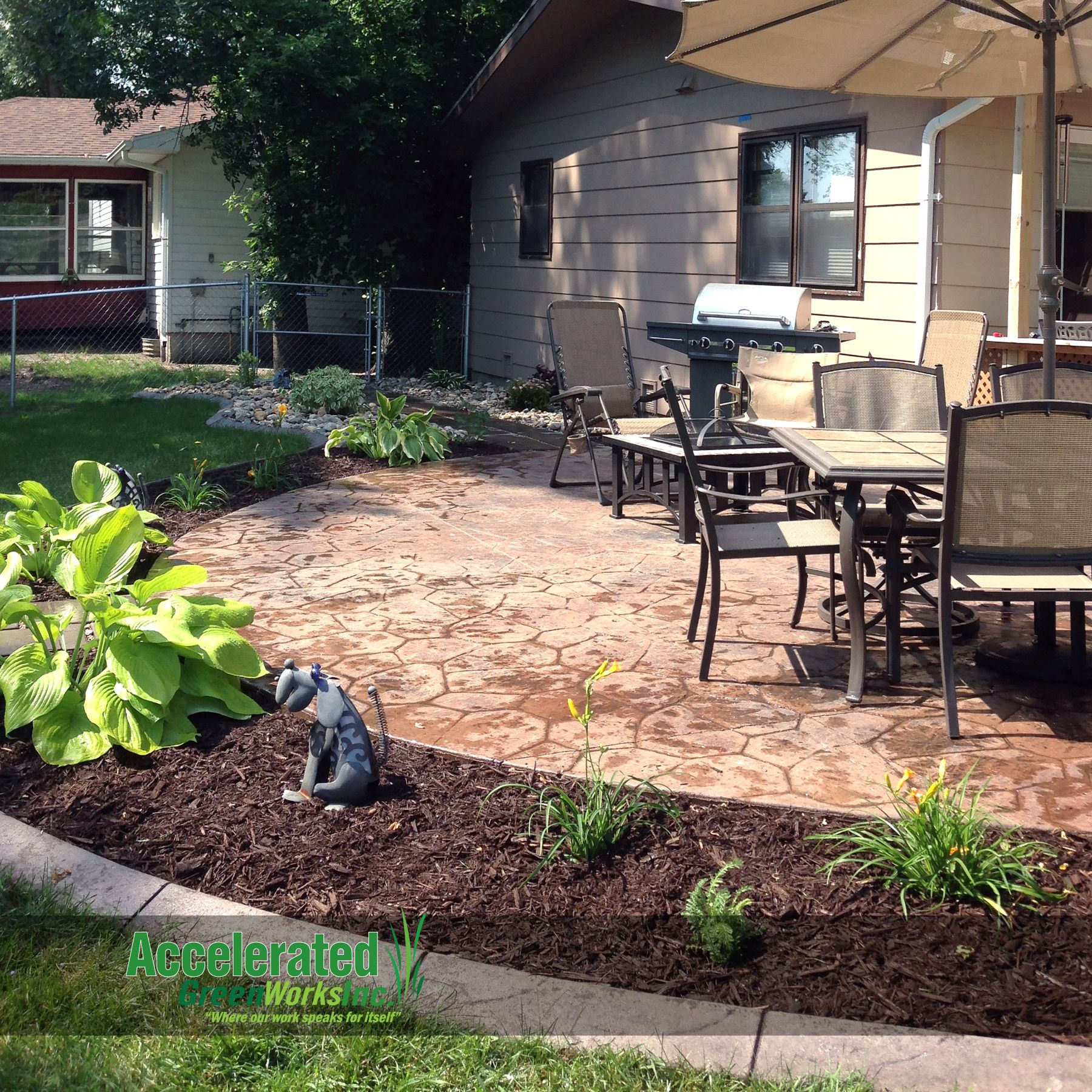 Landscaping With Wood Mulch : Mink mulch is a dark brown variety of wood that