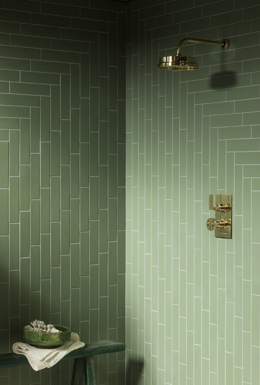 An alternative to metro tiles that have been used extensively in kitchens and bathrooms in previous year, this oblong alternative is available in a variety of colours and finishes and has a #Skandi appeal. Available in either a 'flat' finish or with a bevelled 'subway' edge, this #ceramic wall tile range looks great in #bathrooms and #kitchens alike.