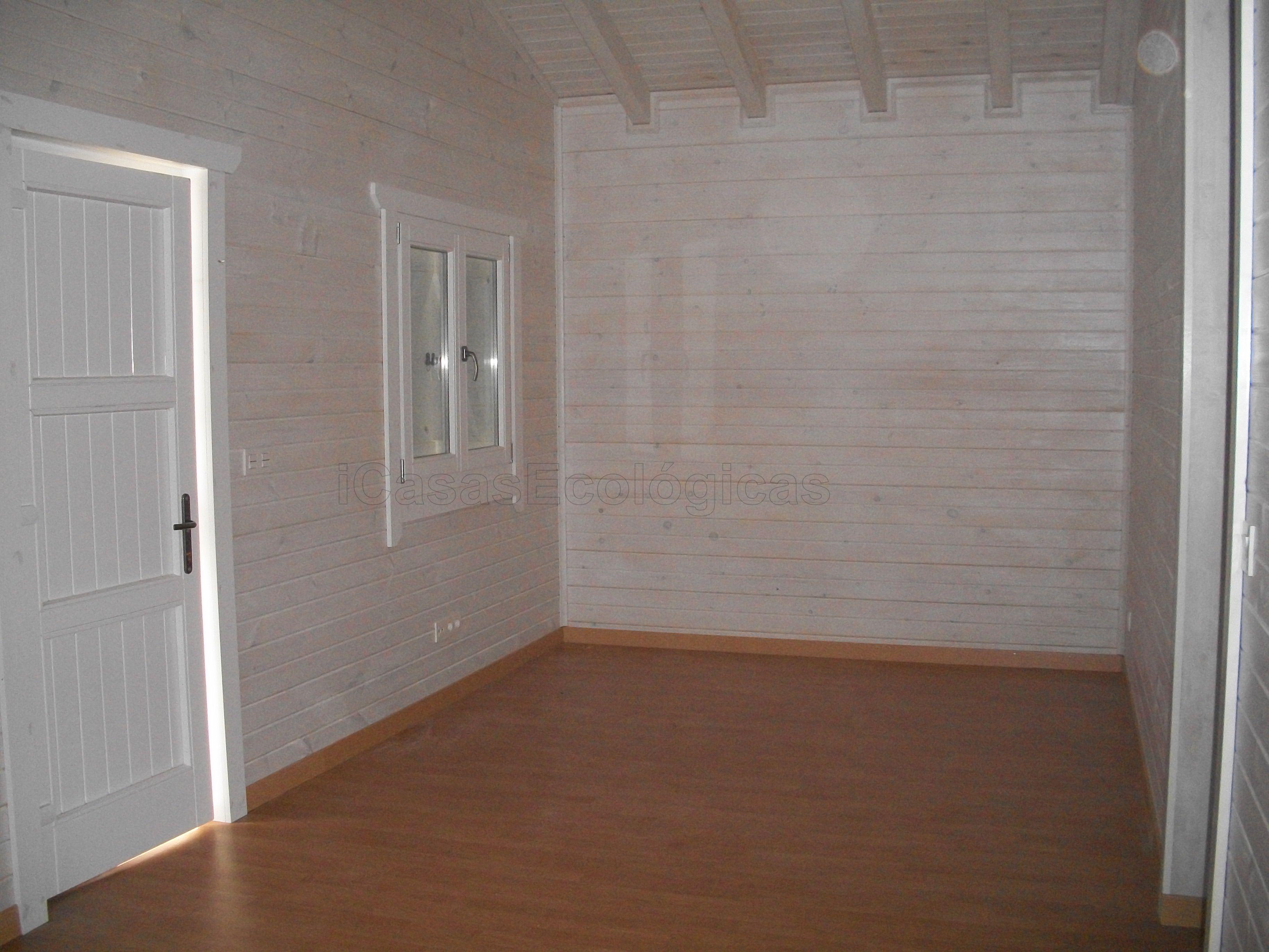 Casa de madera pintada con blanco transl cido por el for Casas pintadas interior
