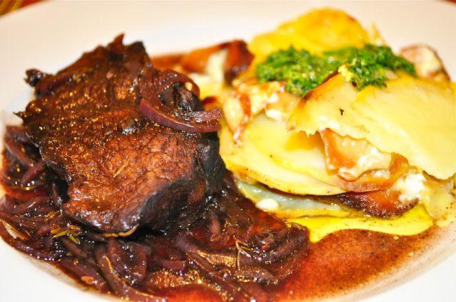 Carne com com molho de vinho e balsâmico e gratinado de batata