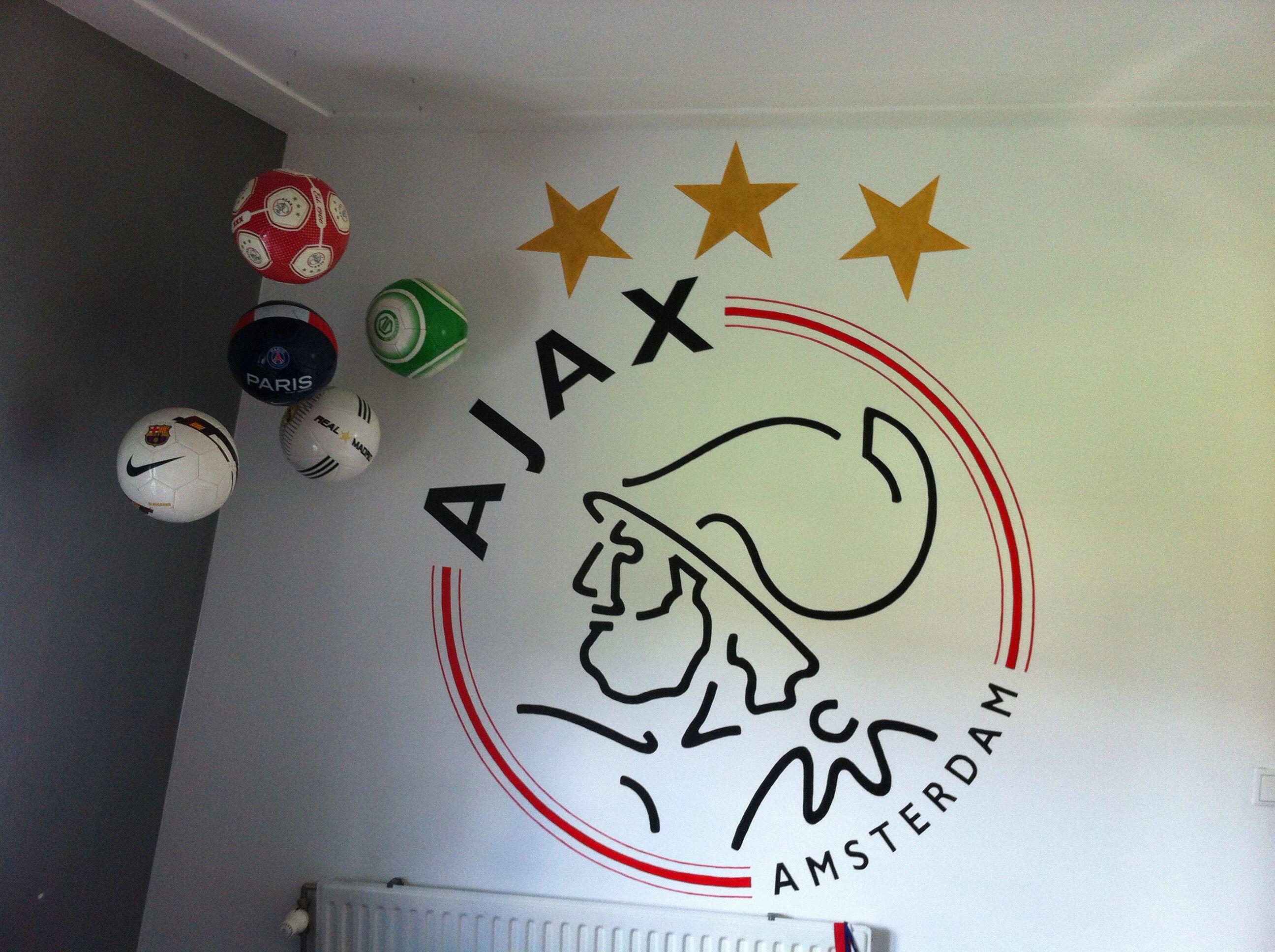 muurschildering ajax logo op een jongenskamer door