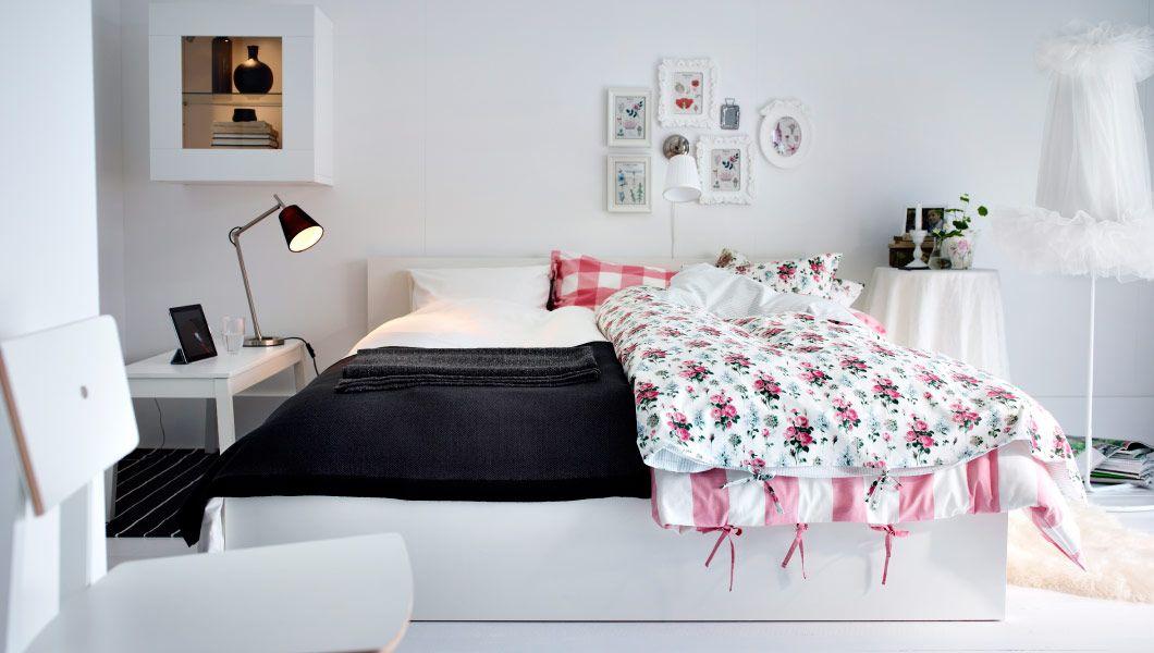 Ein Schlafzimmer mit Platz für zwei mit MALM Bettgestell in Weiß - stuhl für schlafzimmer