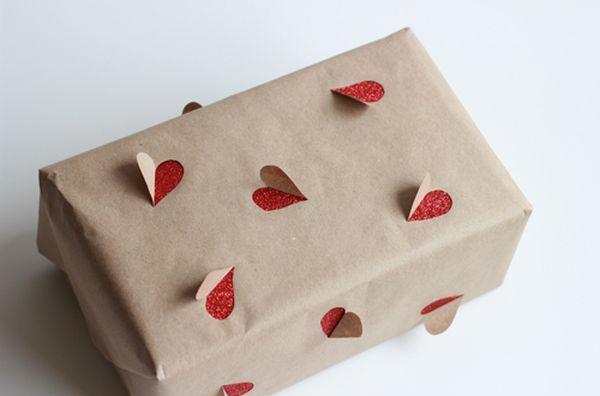 Pacchetto regalo originale con cuori che escono dal pacco