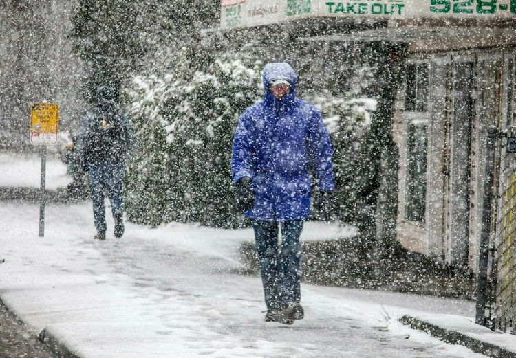 Seattle Hit by Unusually Heavy Snowfall Moving Across