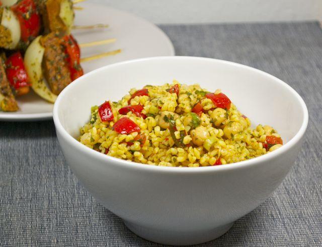 Couscous salat mit bulgur und kichererbsen