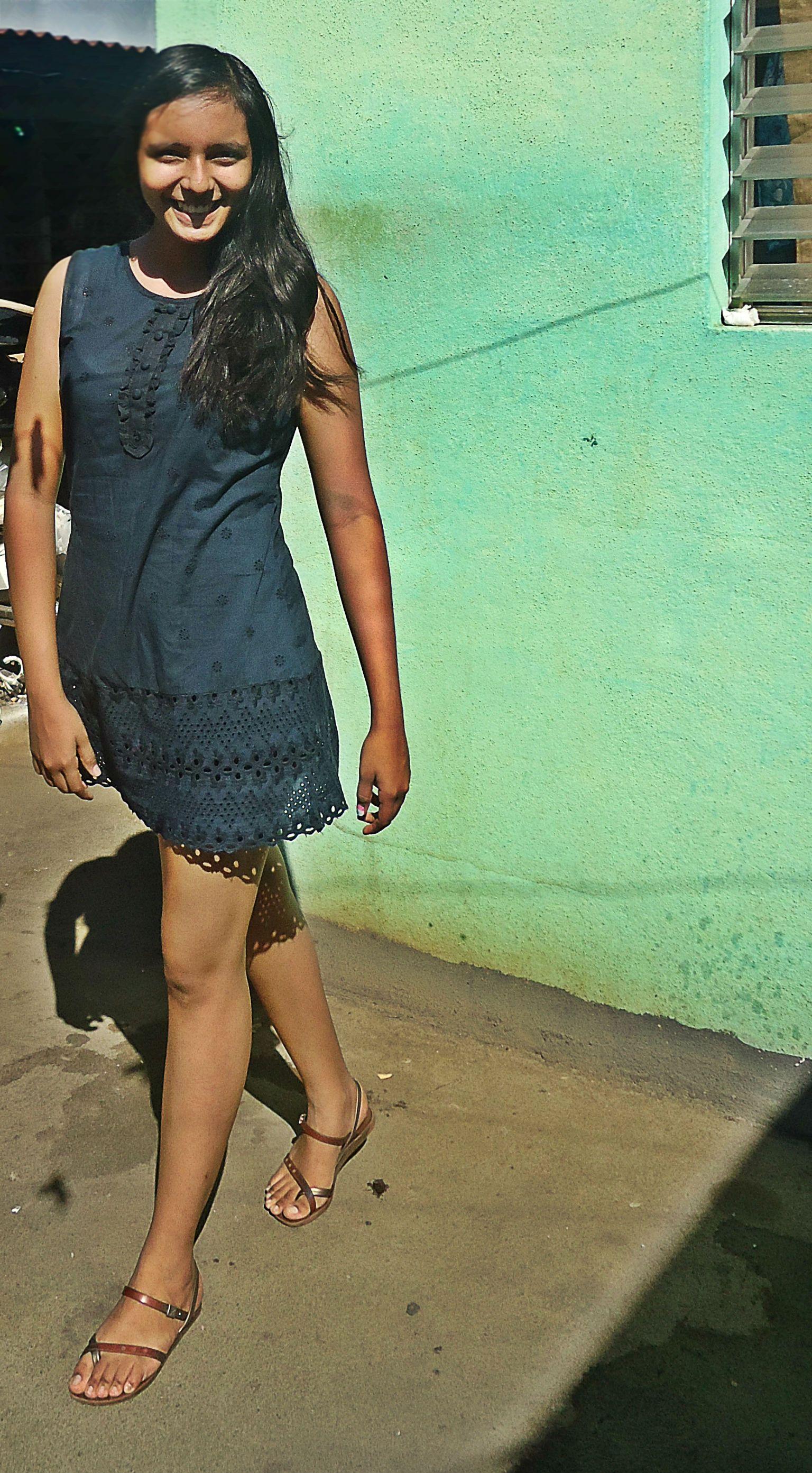 Un vestido corto color azul mate con encajes es perfecto para utilizar accesorios de colores intensos llenos de vida stylesbeautifulsoul.wordpress.com