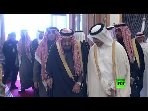 الملك سلمان يستقبل رئيس وزراء قطر لحظة وصوله الرياض Youtube