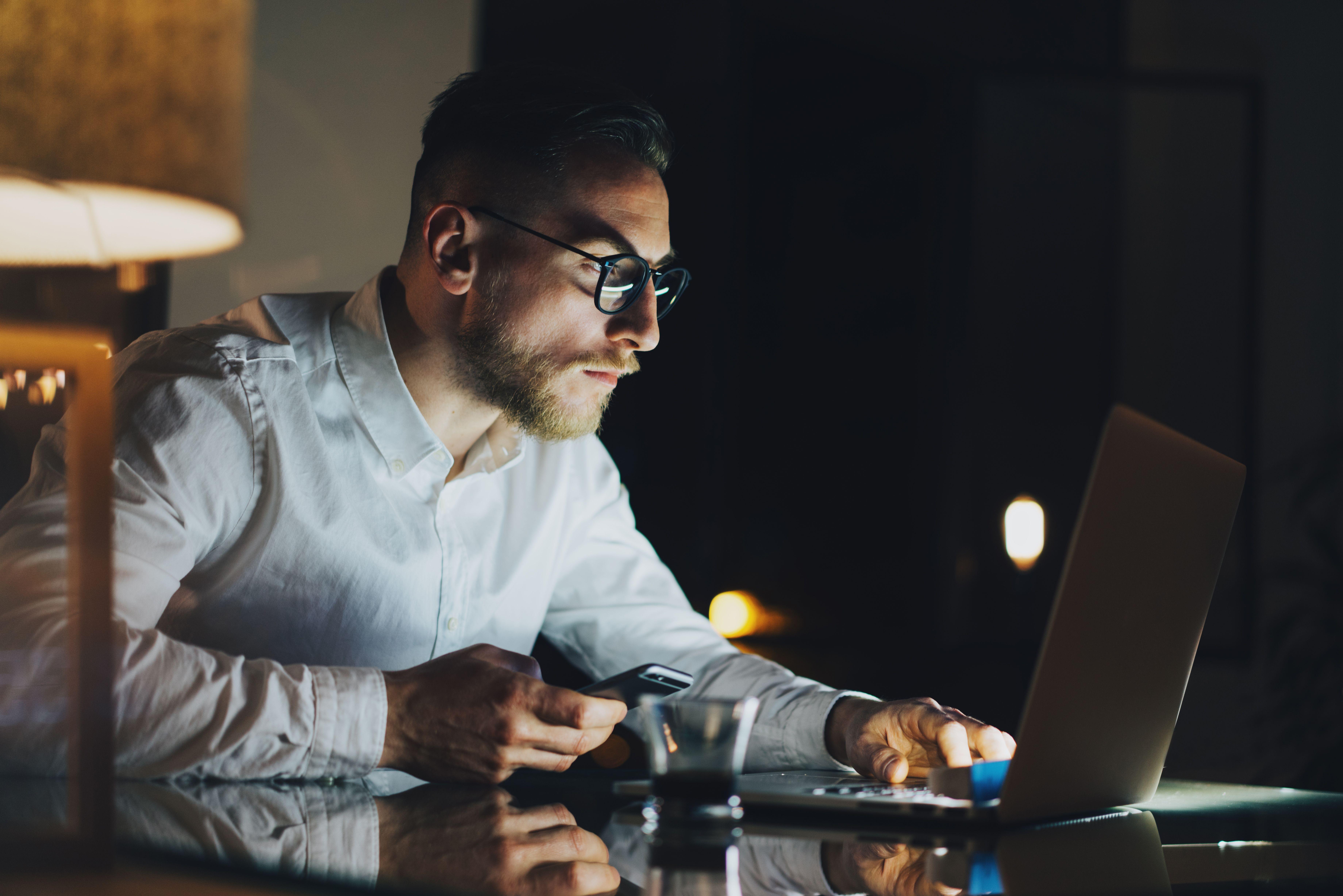 """Ak aj tvoja myseľ patrí k tým, ktoré začínajú pri potrebe vysokého pracovného nasadenia """"štrajkovať"""", vyskúšaj týchto 8 tipov. Dokážu nakopnúť tvoj mentálny výkon a obnoviť zdroje tvojej energie."""