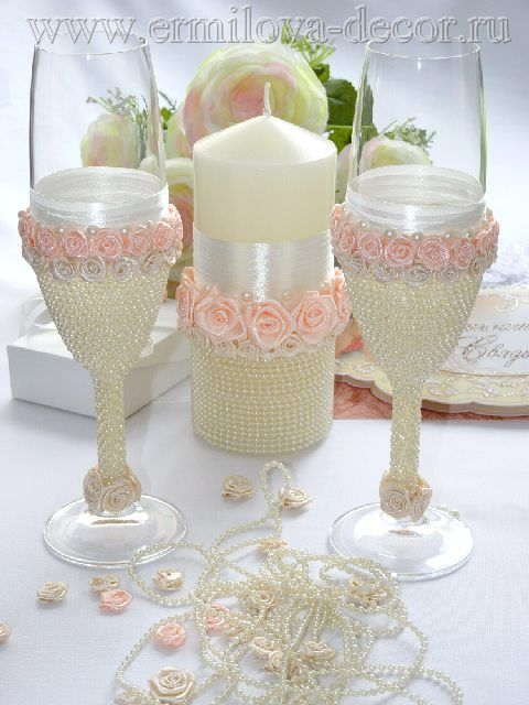 Taças decoradas com pérolas e rosas de organza