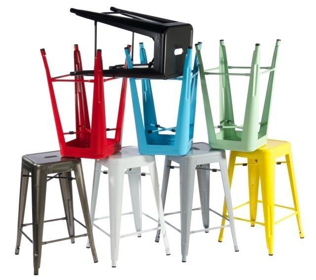 Wykonany z proszkowo malowanego metalu stołek barowy Paris to nowatorska propozycja dla wszystkich miłośników designu. Stalowy, ręcznie wykonany hoker o przemysłowej formie doda uroku Twojemu domowemu kącikowi relaksu.
