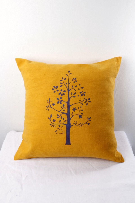 housse de coussin jaune moutarde motif arbre violet iris au pochoir format carr en m tis. Black Bedroom Furniture Sets. Home Design Ideas