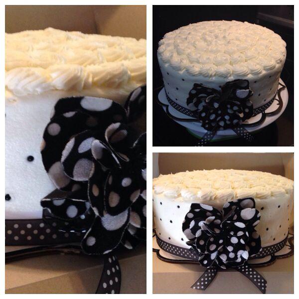 Black and white vintage flower cake