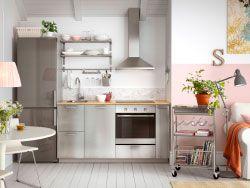 Moderne Küche Mit GREVSTA Fronten In Edelstahl Und Freistehendem  Kühl /Gefrierschrank In Edelstahl