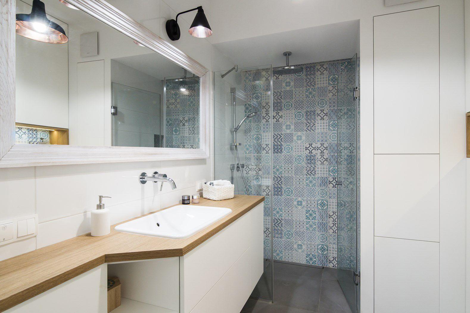 Aranżacja całkiem przestronnej łazienki w stylu ...