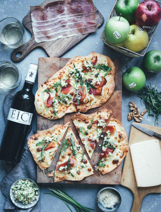 Südtiroler Flammkuchen mit Stilfser-Mascarpone-Creme, Südtiroler Speck und knackiger grüner Apfel-Vinaigrette