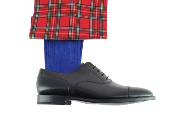 Sosete albastre, pantaloni rosii si pantofi maro.
