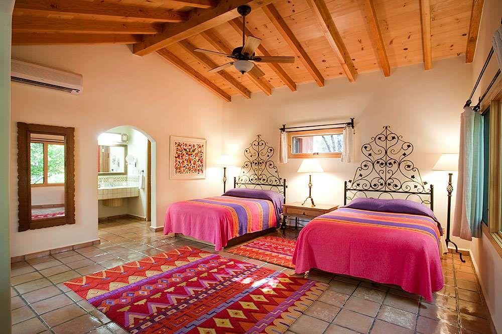 Detalles inesperados crean una confortable atm sfera for Casa mexicana muebles