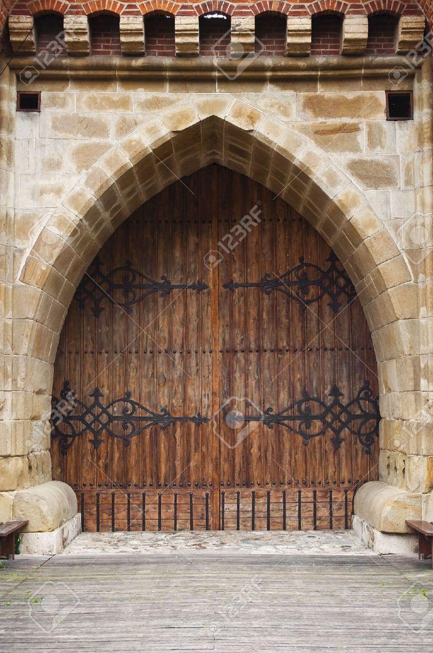 7869732-Gothic-wooden-door-at-medieval-fortification-in-Krakow ...