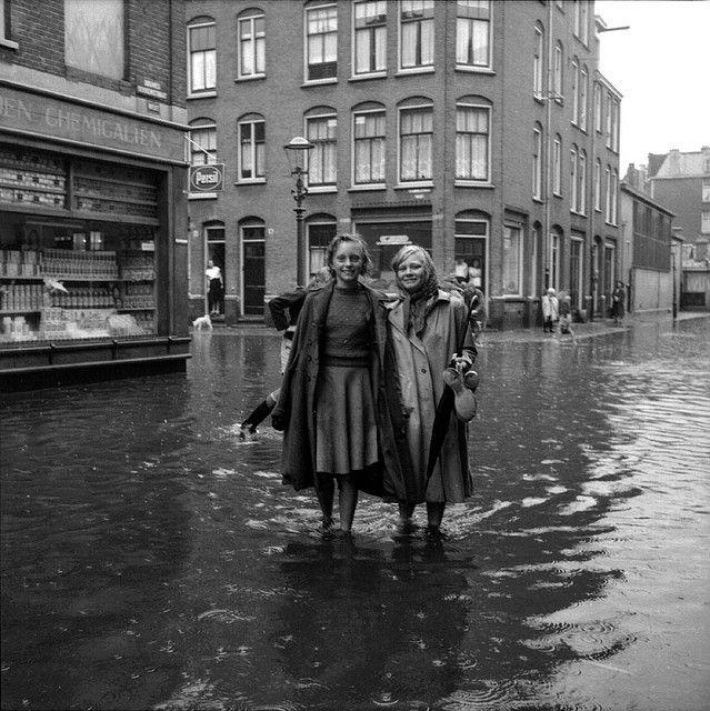 Wateroverlast door hevige regenval, Douwes Dekkerstraat hoek Schimmelstraat, 9 augustus 1951 Foto Ben van Meerendonk / AHF, collectie IISG, Amsterdam