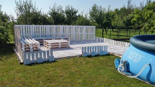 Using Just 43 Pallets, She Builds A Gorgeous Patio Oasis ...