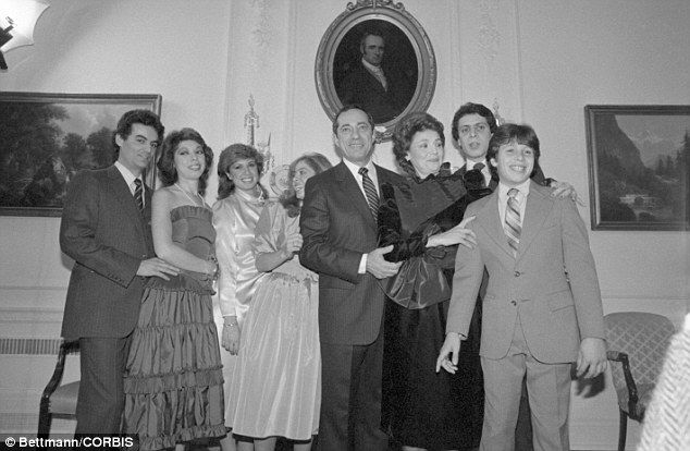 Famous Family Ny Governor Mario Cuomo And Family Pose Following A Private Swearing In Ceremony At The Executive Mansion In Family Posing Governor Mario Cuomo