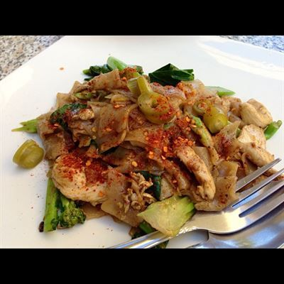 Pad See Ew Flat Rice Noodle Stir Fried With Chinese Broccoli Eggs And Chicken Beef Pork Or Tofu Chicken Eggs Food Pinterest Recipes Healthy Appetizers