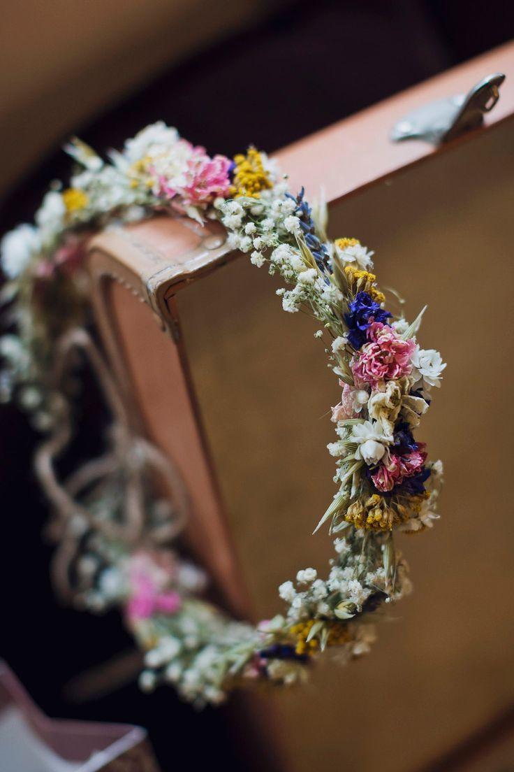 Comic-Konfetti und getrocknete Blumenkronen für eine handgemachte Hochzeit in Village Hall #comicbooks