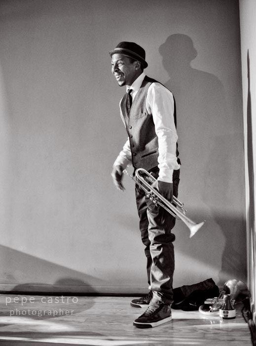 Roy Hargrove llevando con estilo el terno y  zapatillas