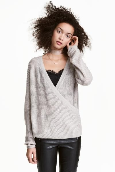 Pullover incrociato: Pullover in morbida maglia a coste. Profonda scollatura a V incrociata davanti. Spalle basse e maniche lunghe.
