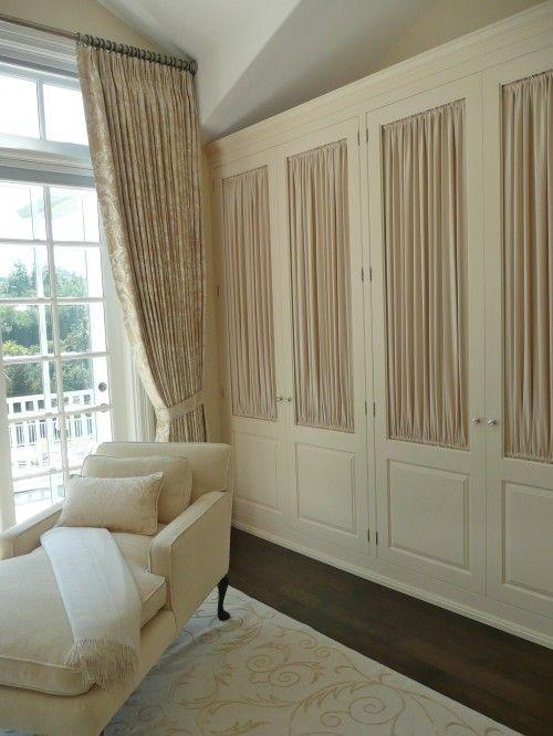 Armario tradicional en blanco con tela beige sereno y for Cortinas para armarios empotrados